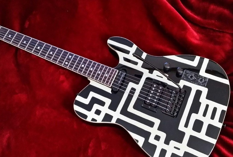 白黒の幾何学模様のペイントギター