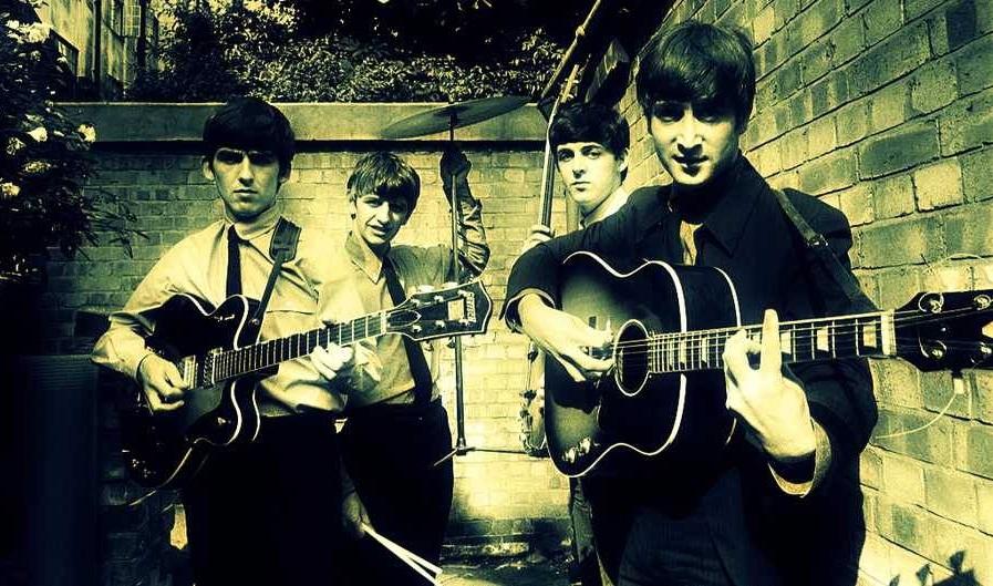 楽器を持つビートルズの4人