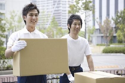 荷物を運ぶ2人男性