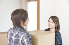引っ越しの荷物を運ぶカップル