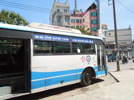 後部のドアが開いているバス