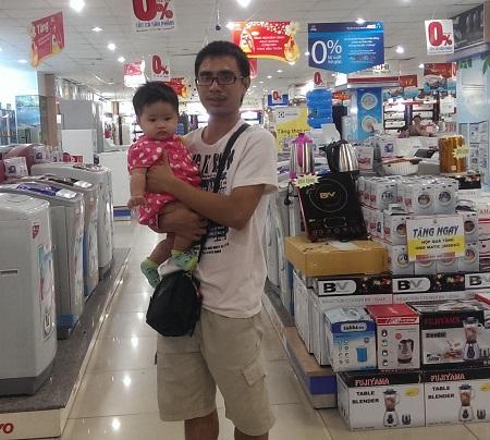 家電屋でお父さんと赤ちゃん