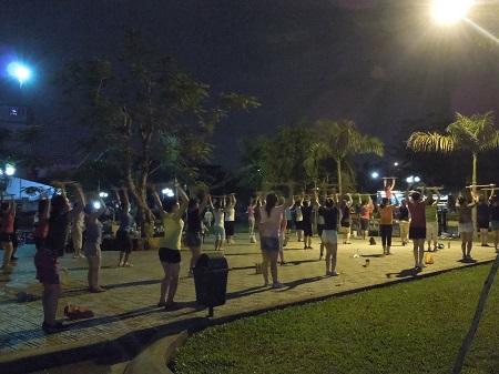 31 健康大国。女性は夜の公園でエアロビクス (2)