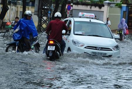 タクシーとバイクが浸水している