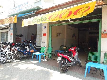 カフェの前にたくさんのバイク