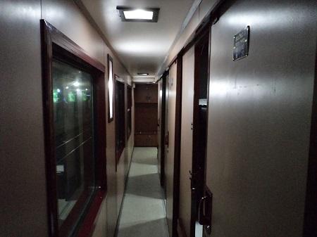 寝台列車の廊下の中