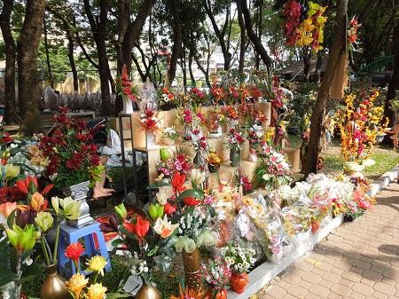43 花を先生に渡す「教師の日」は日本も見習うべき? (1)