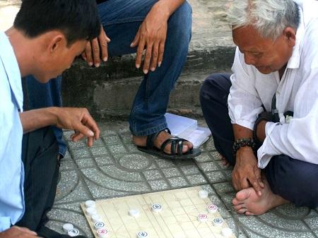 男二人で将棋のようなゲームをしている