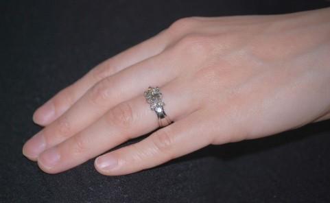 薬指に婚約指輪