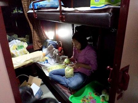 22 列車で料理をするベトナム人 (2)
