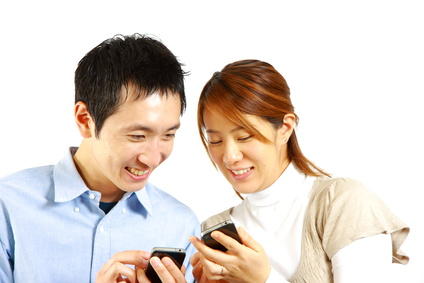 japanese couple with smart phone