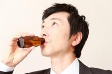 スタミナドリンクを飲むビジネスマン