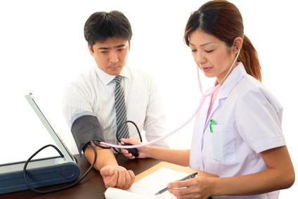 血圧測定中の女医