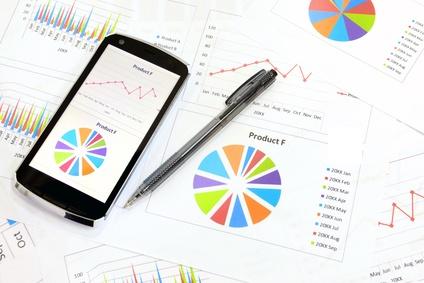 ビジネスイメージ―スマートフォンとチャート