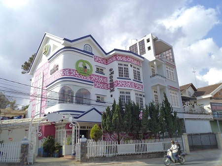 3階建ての白い洋風の建物
