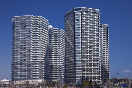 日本の横浜の青空と高層マンション群
