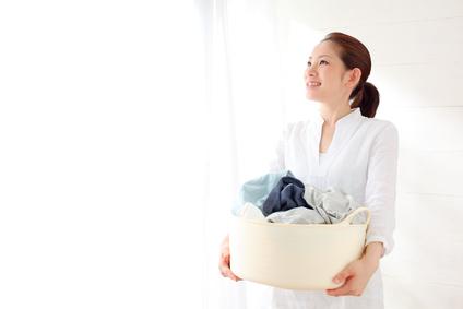 洗濯ものを運ぶ主婦