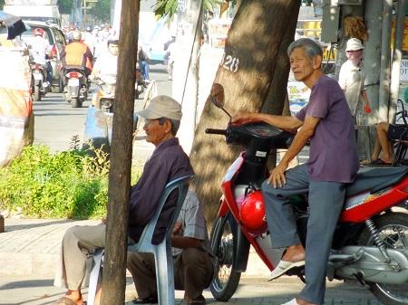 バイクに座っているおじさん