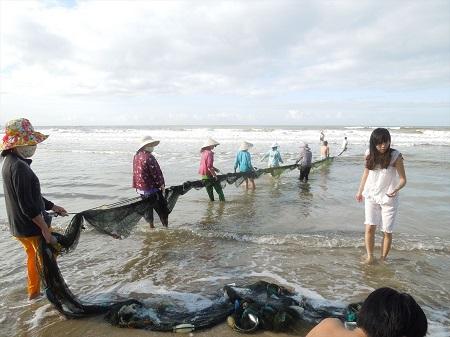 海で魚を水揚げしているおばちゃん達