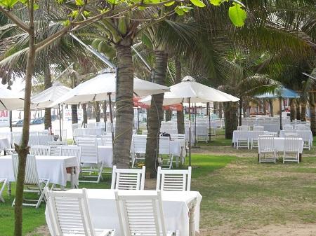 海辺の白いビーチパラソル・テーブル・イス