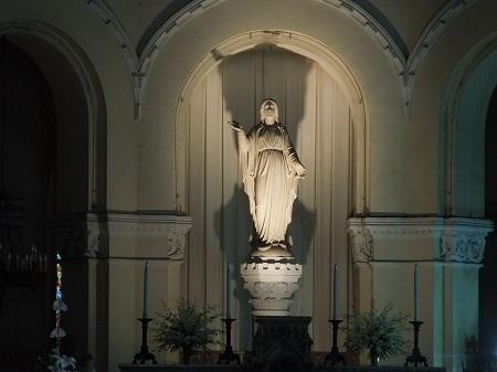 右手をあげているマリア像