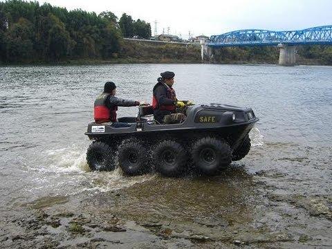 水陸両用車が走行中