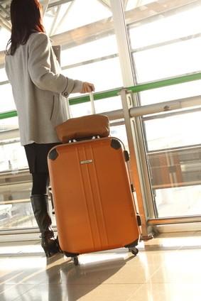 スーツケースを持った旅行者