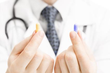 薬を見せる医師