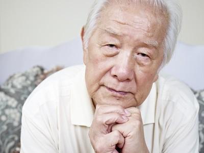 相手を説得する年配の男性