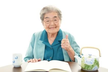 寛ぐ笑顔の高齢者