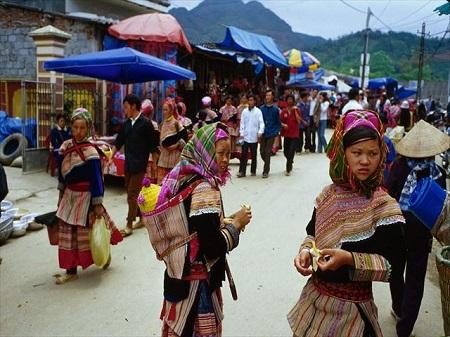 民族衣装の女の子達