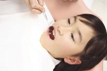歯の治療を受ける子供