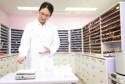 薬を調合する薬剤師