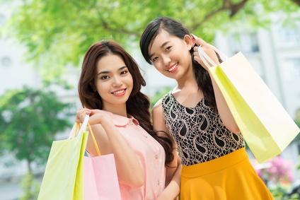 ショッピング帰りの東南アジア女性