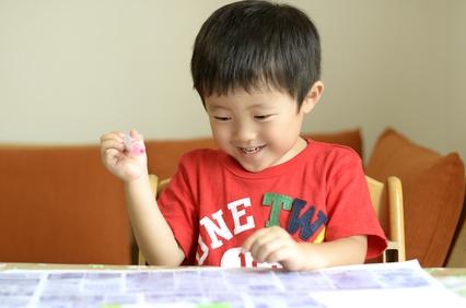 ペンを使って遊ぶ子供