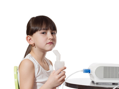 ネブライザーを使う喘息の女の子