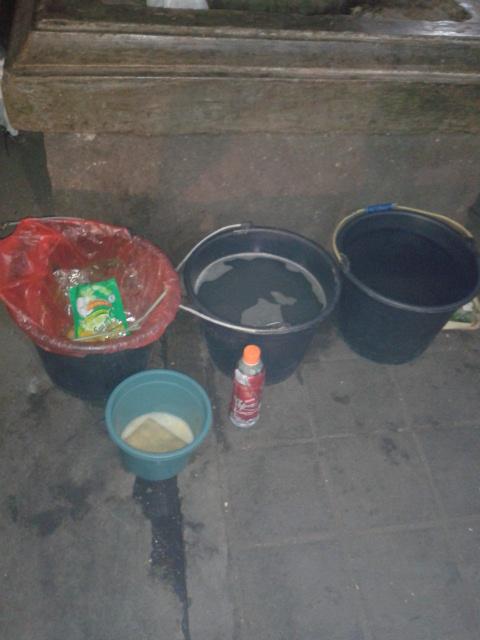食器はバケツで洗います