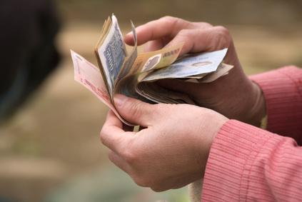 紙幣を数える東南アジアの人