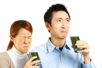 いっしょに青汁を飲む夫婦