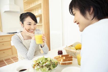 食事する若い夫婦