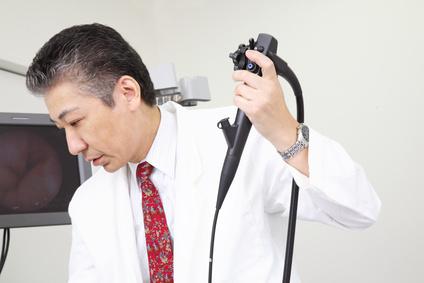 内視鏡で患者の胃を調べる医者