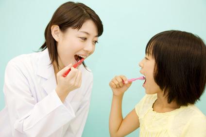 歯の磨き方を教わる女の子