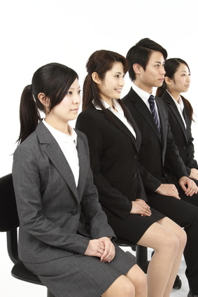 グループ討論する学生たち