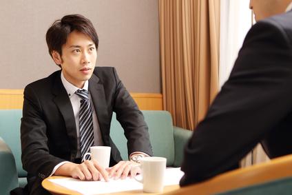商談中の若いビジネスマン