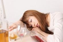 酔いつぶれる独身女性