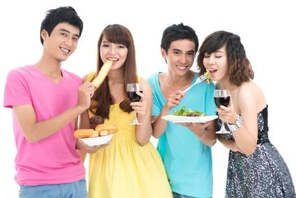 食事をする東南アジアの若者たち