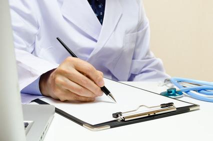 カルテに記入する医者