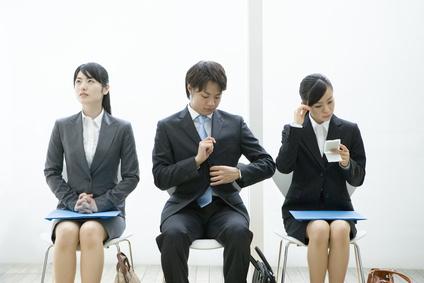 面接を待つ就活の学生
