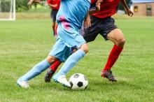 サッカーで競り合うプレーヤー