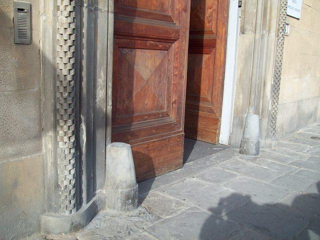 扉の前の石造の障害物